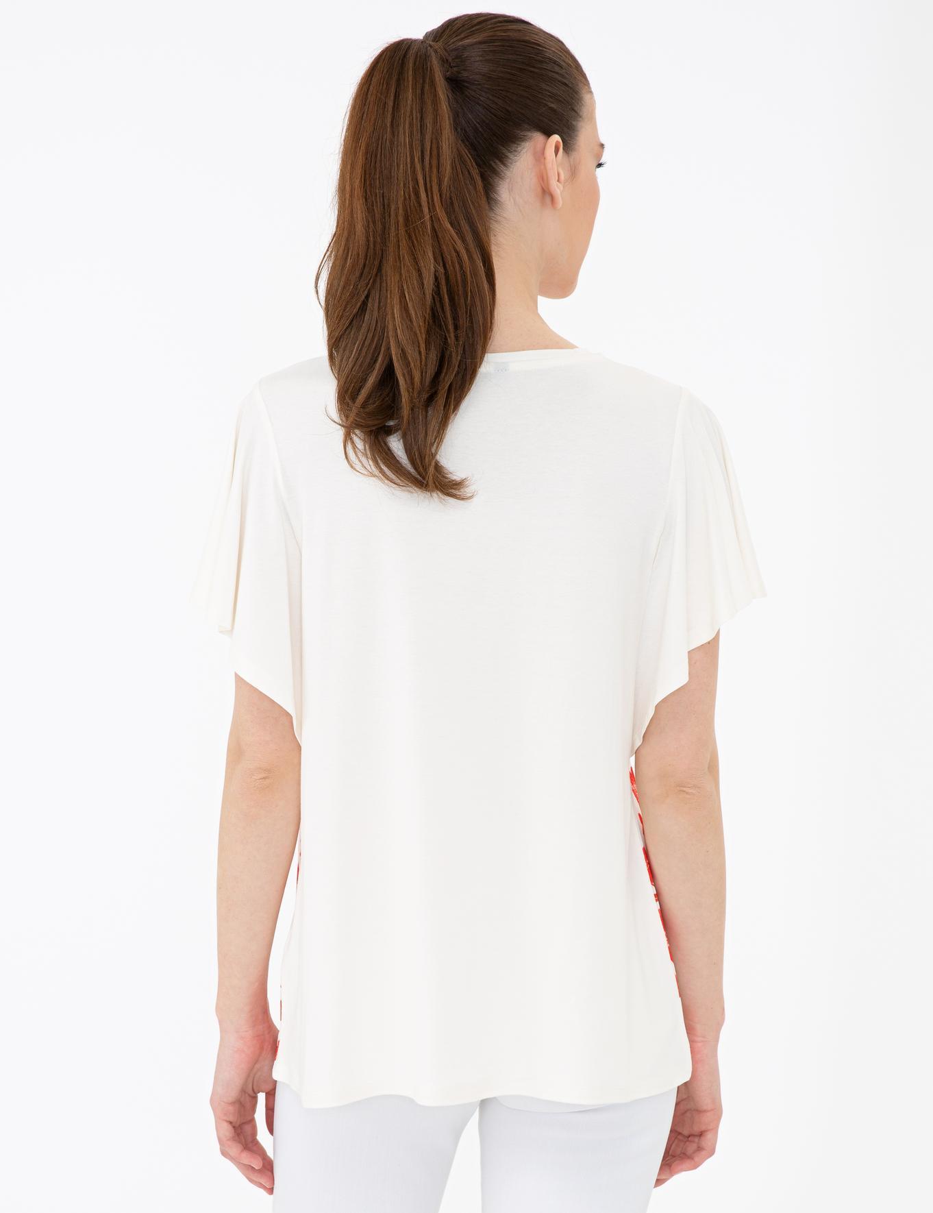 Nar Çiçeği Detaylı Beyaz Standart Fit T-Shirt
